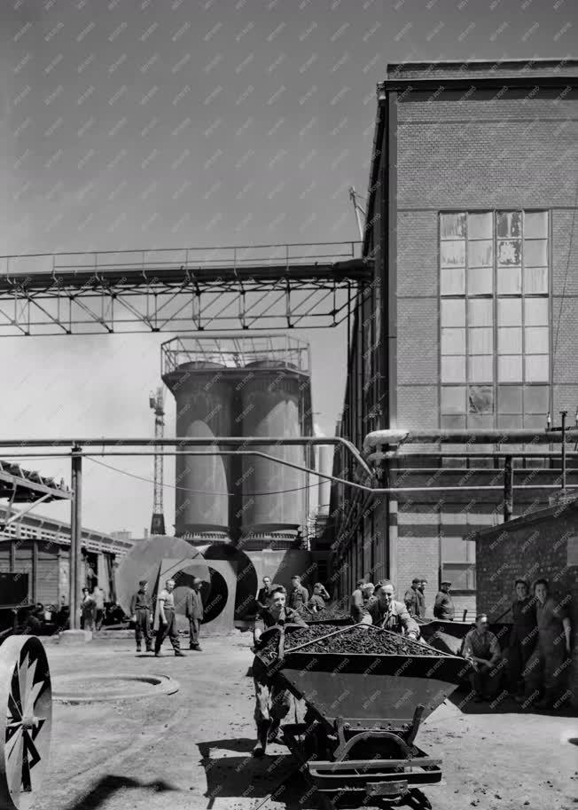 Ipar - Az Ajkai Timföldgyár és Alumíniumkohóban