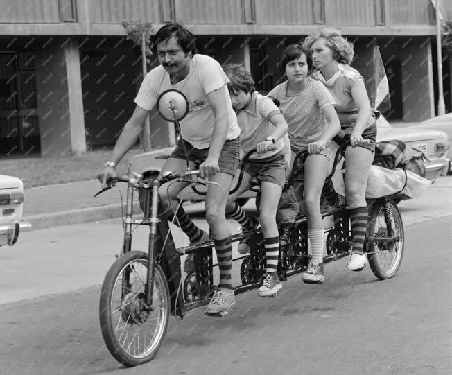 Életkép - Sport - Négyüléses kerékpáron az Ollári család