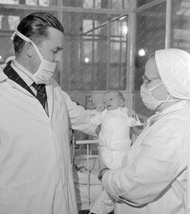 Egészségügy - Az 1964-es év első újszölöttje