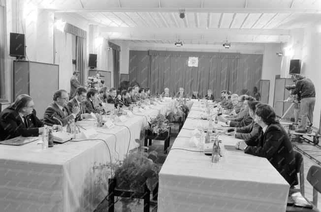 Belpolitika - Az MSZMP és az MDF kerekasztal-megbeszélése