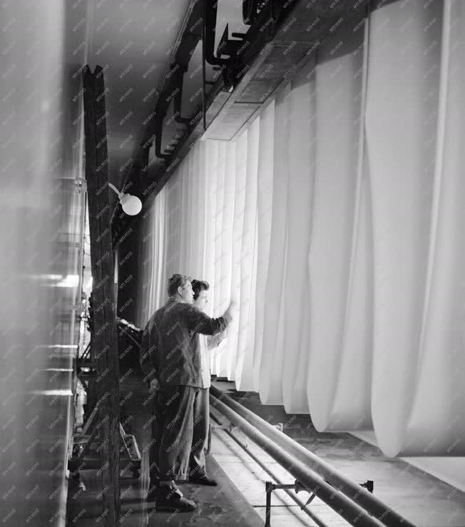 Ipar - Készül a fotópapír a váci Forte-gyárban