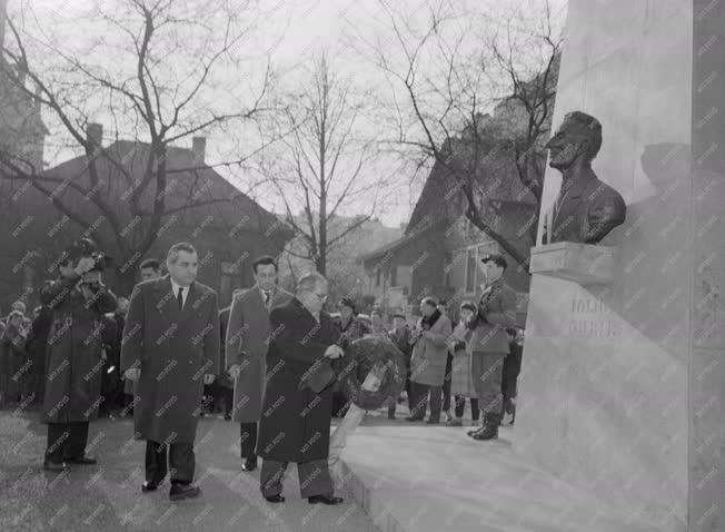Konferencia - Koszorúzás Joliot Curie szobránál