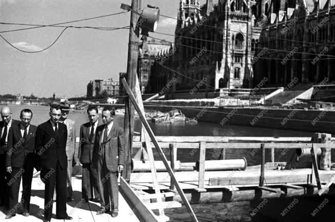 Építőipar - Gerő megtekinti a Kossuth híd építését
