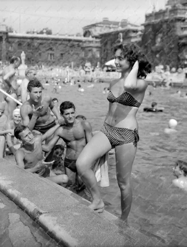Szabadidő - Strandolók a Széchenyi fürdőben