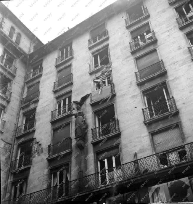 Ötvenhat emléke - Sérült ház az Astoriánál