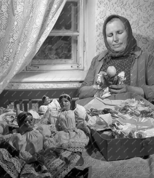 Folklór - Népviseletes babák - Kihaló hagyomány