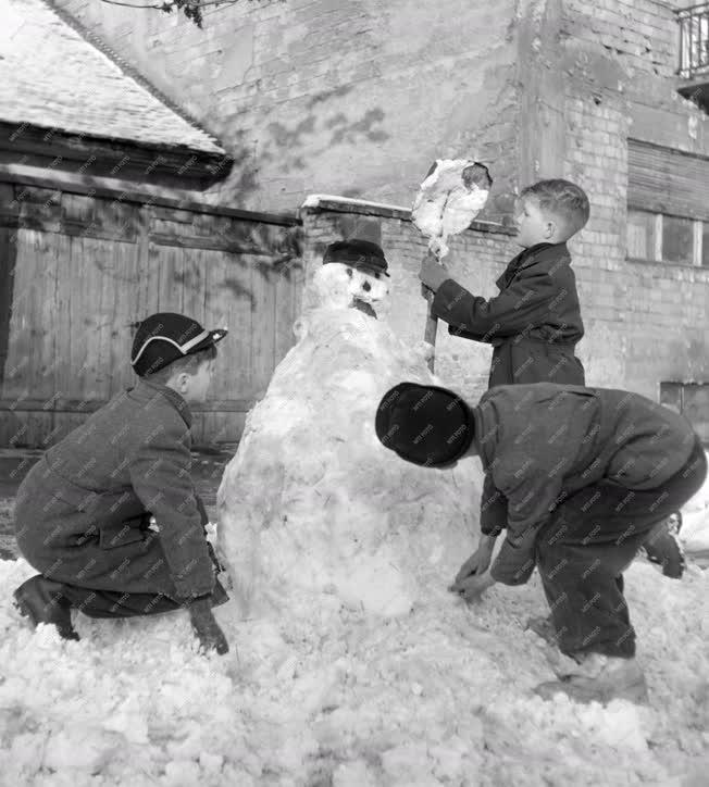 Városkép-életkép - Időjáráas - Gyerekek hóembert építenek