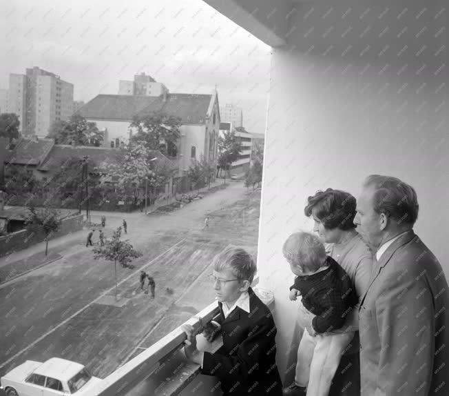 Városkép-életkép - Család új lakása erkélyén
