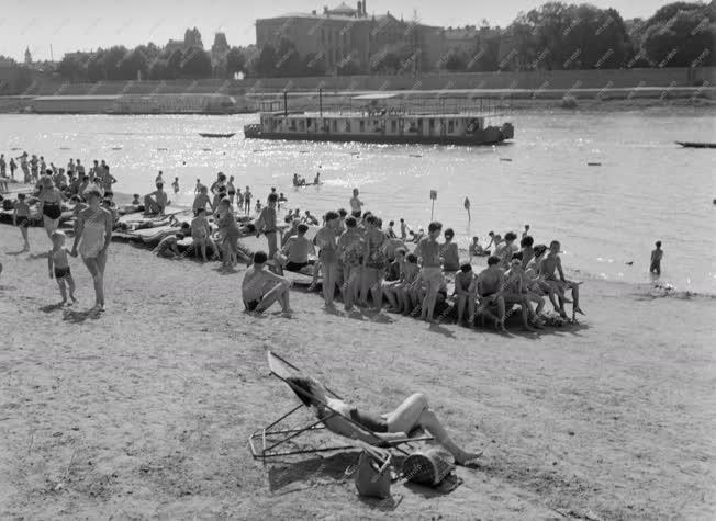 Szabadidő - Strandolók a szegedi Tisza-parton