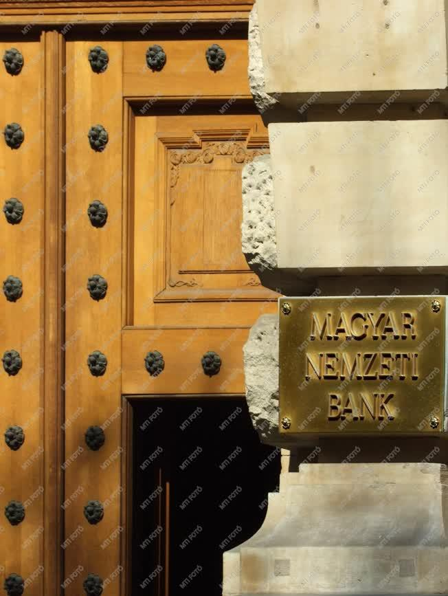 Pénzintézet - Budapest - A  Magyar Nemzeti Bank bejárata