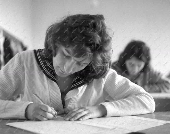 Oktatás - Megkezdődtek az írásbeli érettségi vizsgák