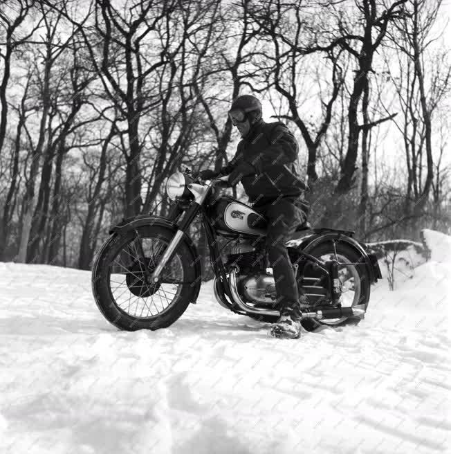 Közlekedés - Csepel 250/51 motorkerékpár