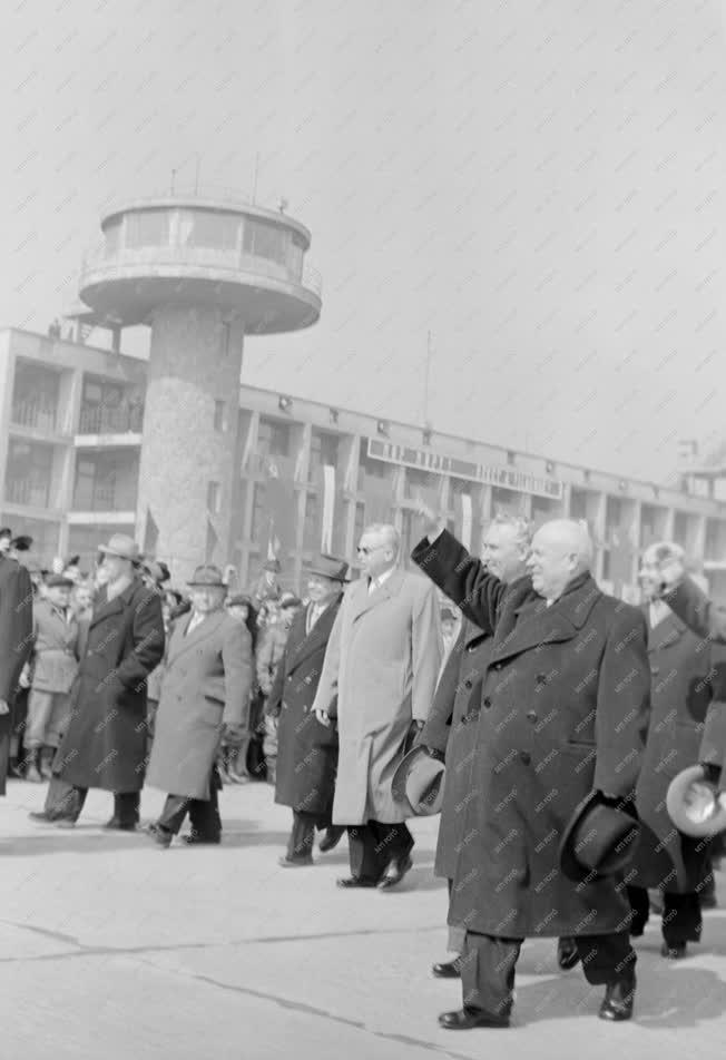 Külkapcsolat - Hruscsov Budapestre érkezett