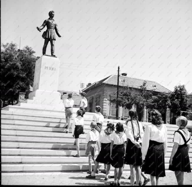Szervezet - Úttörők a Petőfi-szobor előtt