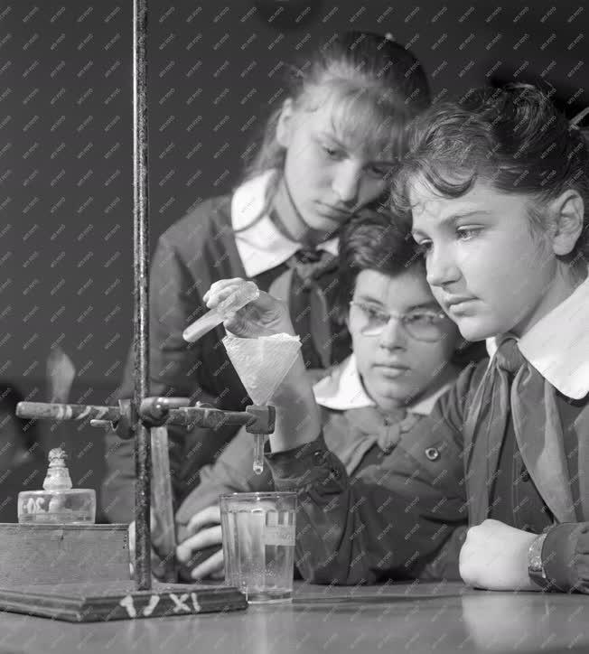 Oktatás - Általános iskola - Kémiai kísérletek