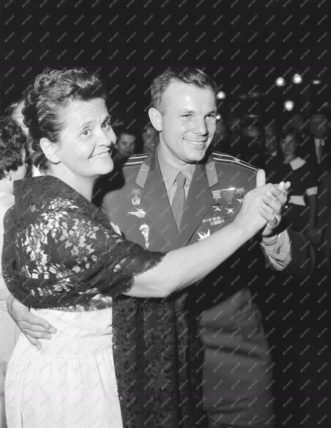 Külkapcsolat - Jurij Gagarin a világ első űrhajósa Budapest