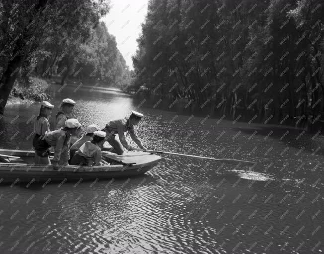 Szabadidő - Táborozik a Búvár Kund vízi úttörőcsapat
