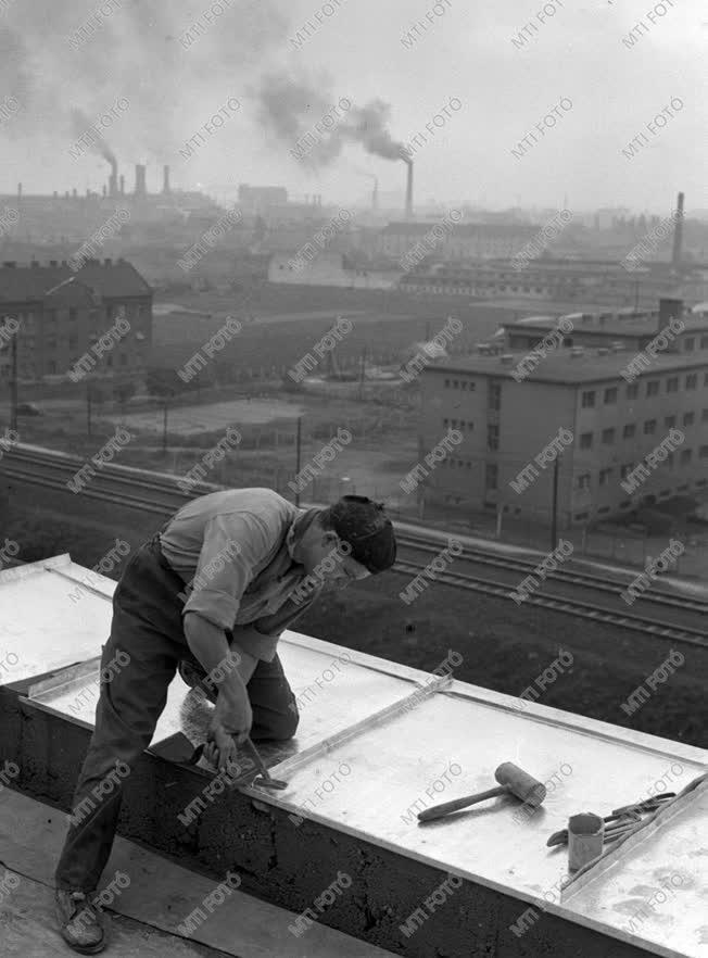 Ipar - Tetőfedő munkában