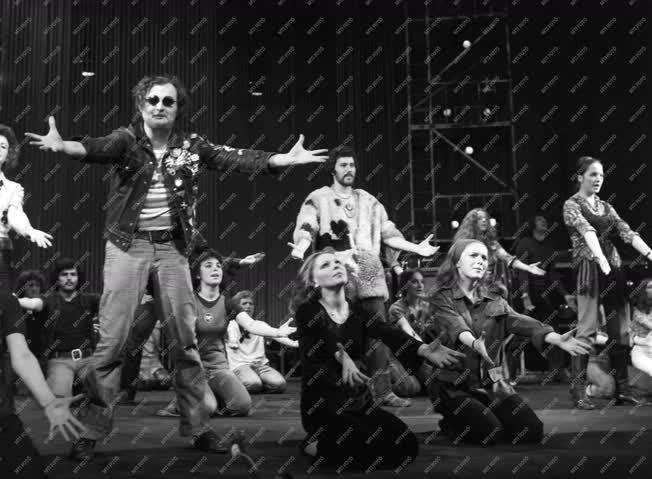 Kultúra - Színház - Képzelt riport egy amerikai popfesztiválról