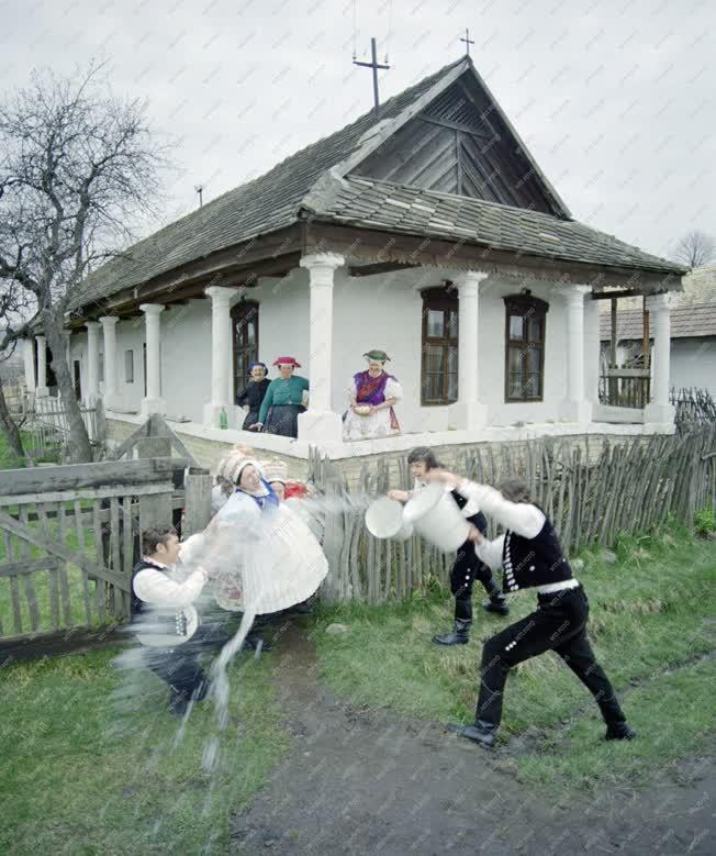 Folklór - Hagyományőrzés - Húsvéti locsolkodás Kazáron