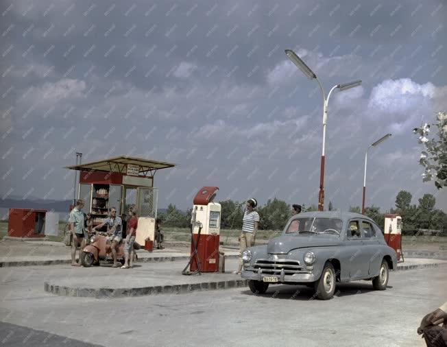 Közlekedés - Balatoni benzinkút