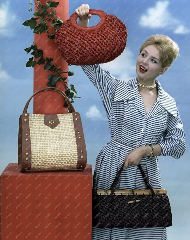 Kereskedelem - Fonott táska reklám