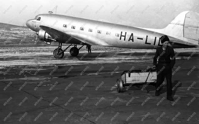 Közlekedés - Légi közlekedés - Repülőgép a betonon