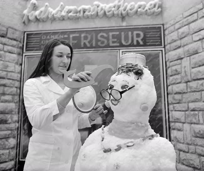 Életkép - Fodrász parókát készít egy hóembernek