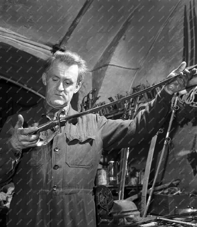 Foglalkozás - Zágon Rezső kard- és fegyvermester