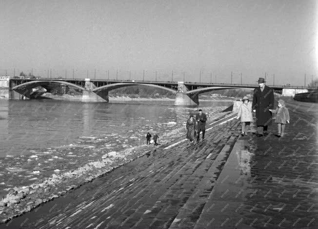 Városkép - Olvad a hó a Duna-parton
