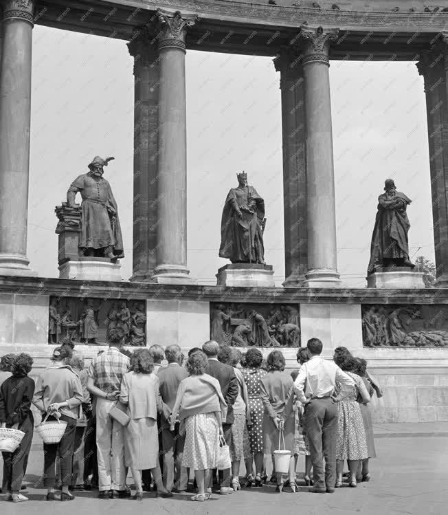 Turizmus - Külföldi Turisták a Millenniumi emlékműnél