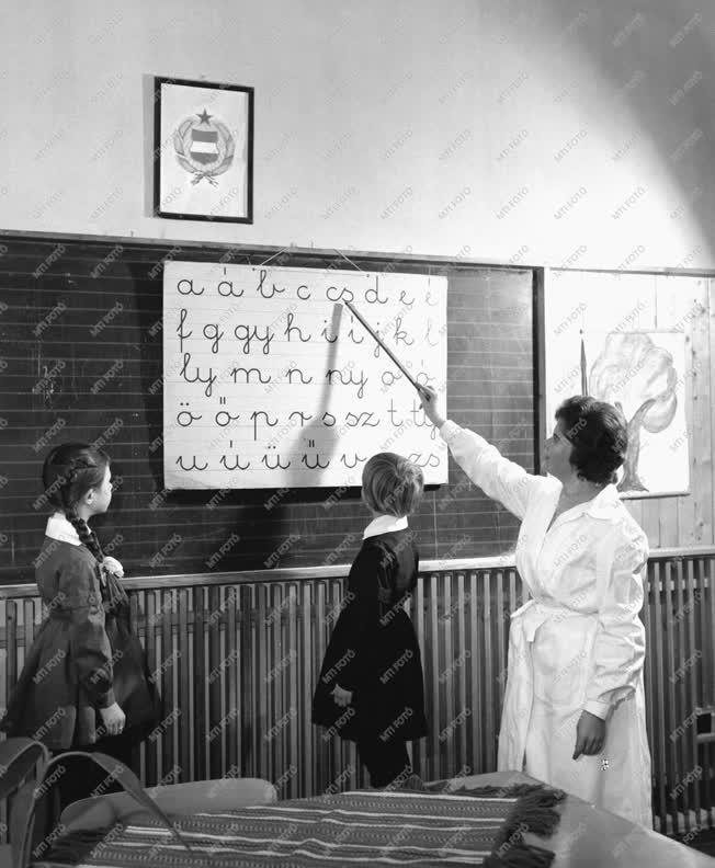 Oktatás - Sztálinvárosi iskola