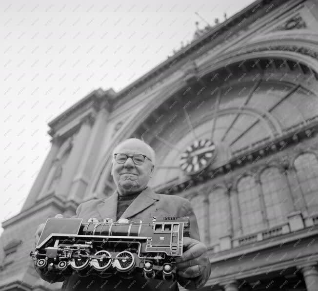 Életkép - Közlekedés - Emlékezetből épített mozdonymakett