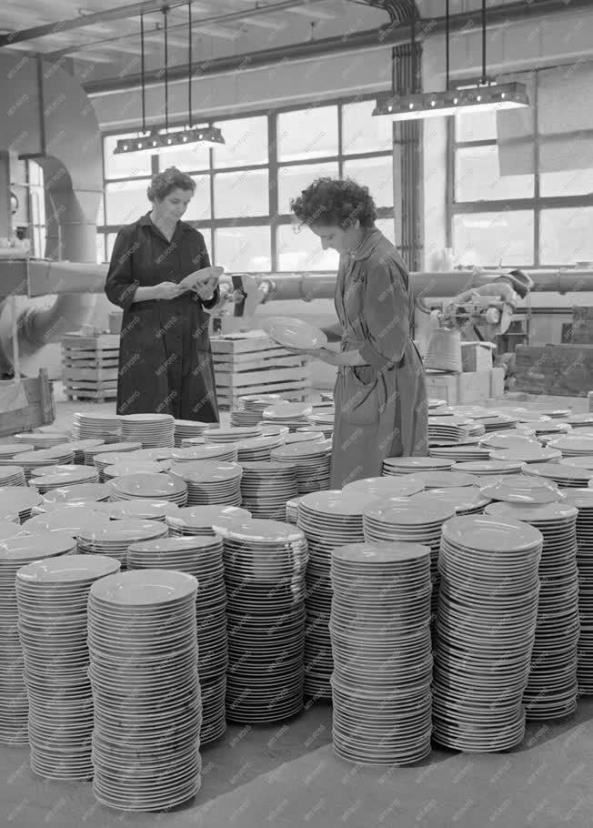 Ipar - Minőségellenőrök munkában a Porcelángyárban