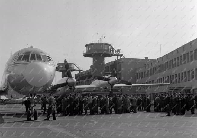 Közlekedés - Új gép a Ferihegyi repülőtéren
