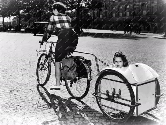Életkép - Gyermek bicikli vontatású pótkocsiban