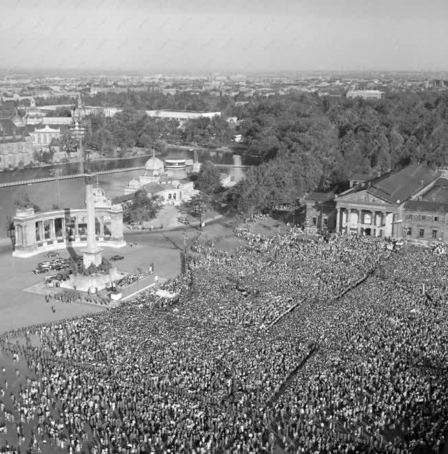 Látogatás - Gagarin Budapesten - Nagygyűlés a Hősök terén