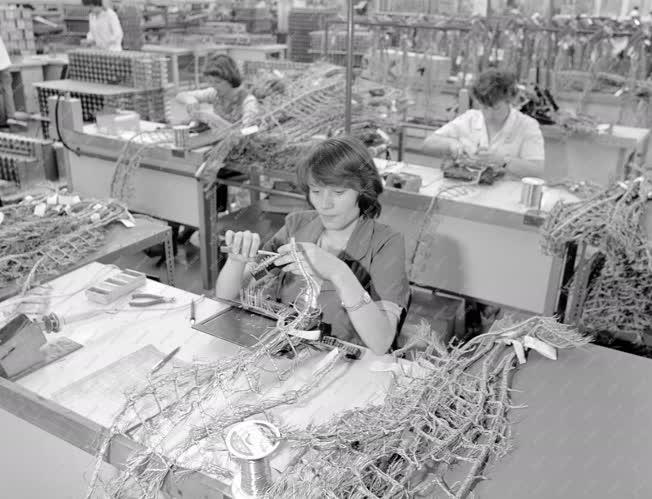 Ipar - Távközlés - A BHG debreceni gyárában