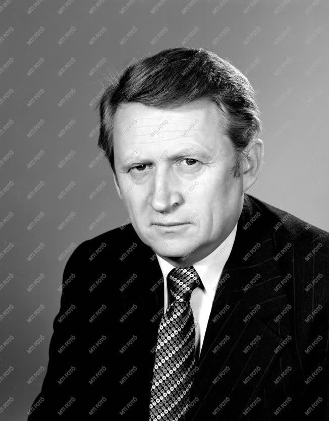 Dr. Kornidesz Mihály, az MSZMP KB tudományos, közoktatási és kul