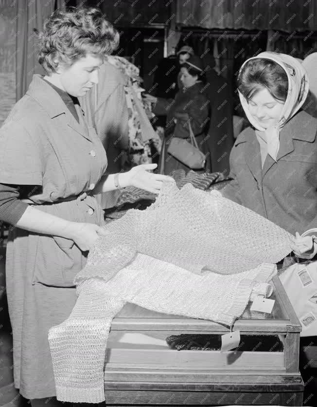 Kereskedelem - Karácsonyi vásár a Vörösmarty Áruházban