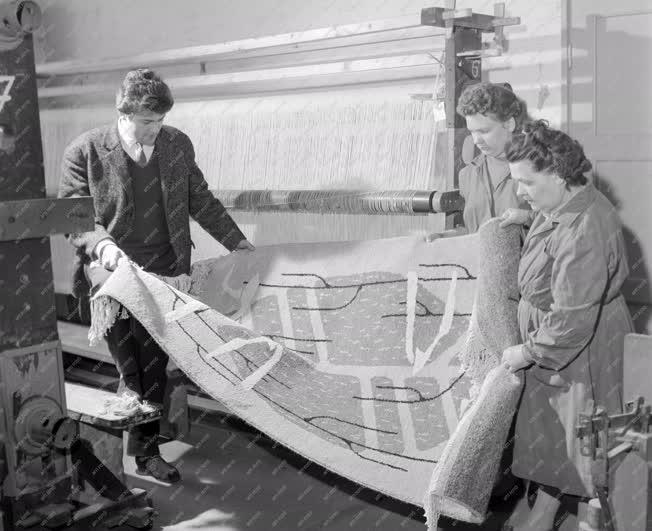 Ipar - Képzőművészet - Szőnyeg a Kistarcsai Textilgyárban