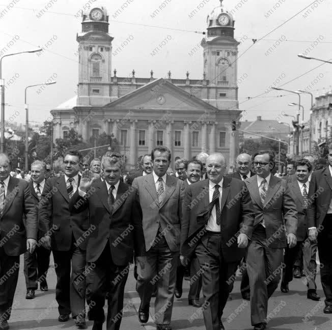 Kádár János és Nicoale Ceausescu Debrecen főútcáján.