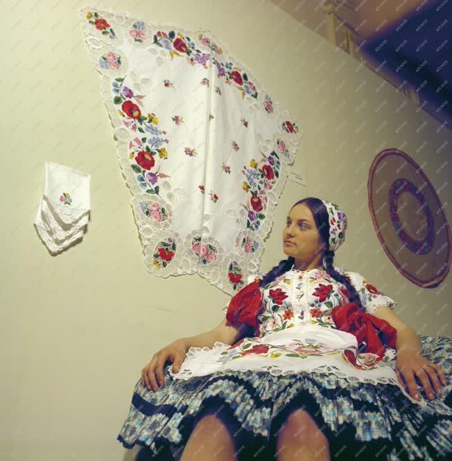 Folklór - Kiállítás - Kalocsai népviselet