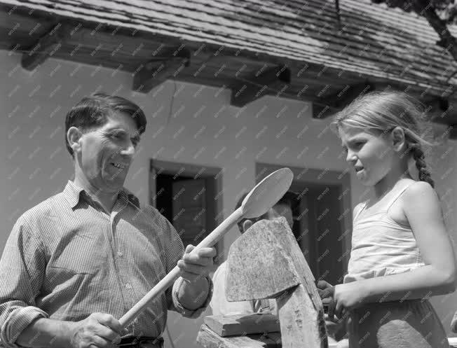 Foglalkozás - Mátrakeresztesi fakanál készítők