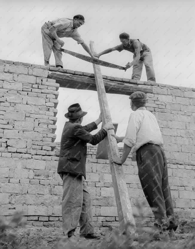 Építőipar - Tsz brigád házat épít Szandaszőlősön