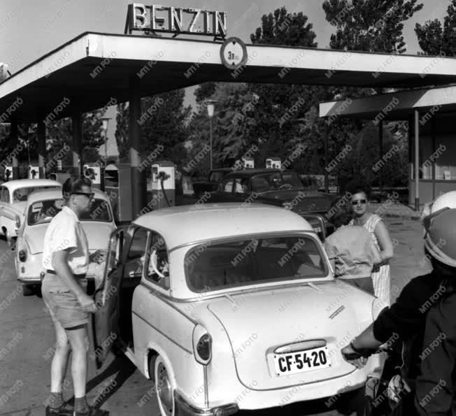 Városkép-életkép - Benzinkút a 70-es balatoni úton