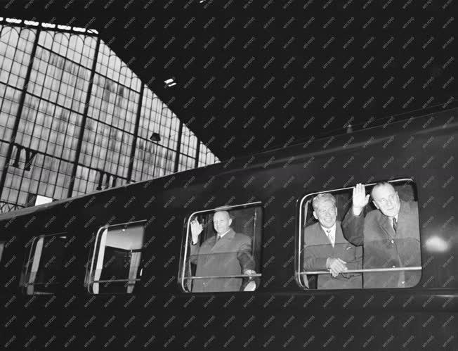 Külkapcsolat - Szovjetunióba utazik a Magyar Szocialista Munkáspárt küldöttsége