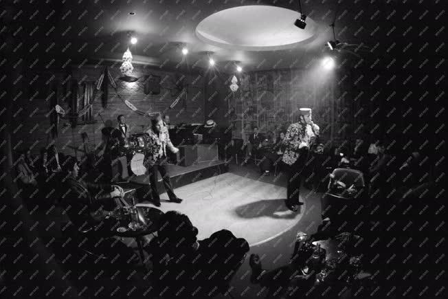 Vendéglátás - Kultúra - Előadás a Moulin Rouge-ban