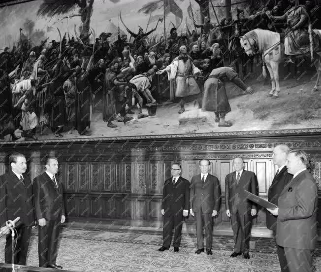 Belpolitika - Leteszi a hivatali esküt a kormány két új elnökhelyettese