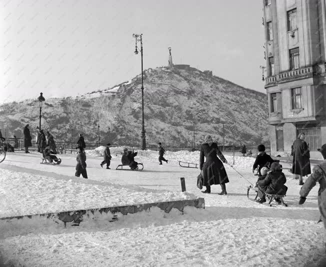 Városkép-életkép - Szánkózók a Dimitrov téren